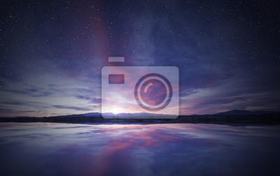 Sticker lever de soleil idyllique dans le ciel reflétant sur l'eau calme