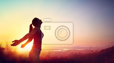Sticker Liberté et concept sain - belle jeune fille contre le coucher du soleil
