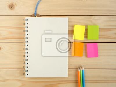 Livre Vierge Et Crayon Colore Et Bloc Notes Sur Le Bureau En