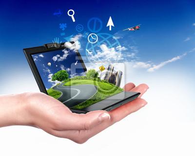 main humaine tenant ordinateur portable et de paysage de nature