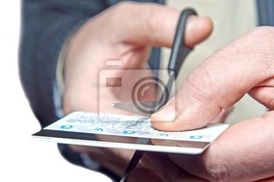 mains ciseaux une carte bancaire