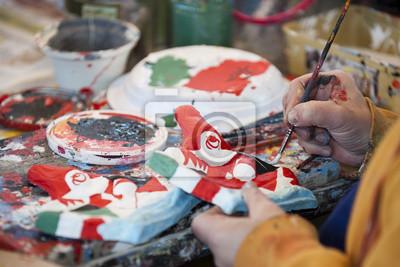 Mains en peignant une marionnette de papier à Viareggio Italie Carnaval