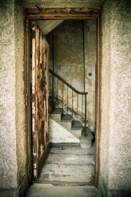 Sticker Maison abandonnée grungy avec porte et des escaliers