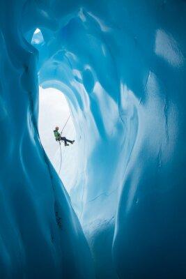 Sticker Man Rappelling après l'ouverture de la grotte de glace bleue sur Glacier de Matanuska, Alaska