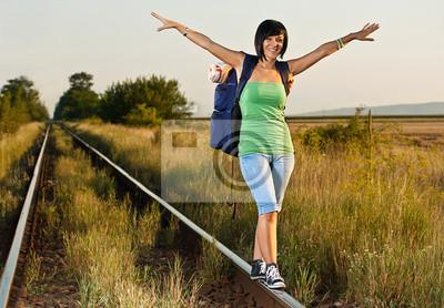 marchant le long du rail