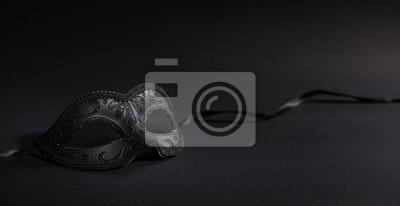 Sticker Masque de carnaval brillant sur fond noir, bannière