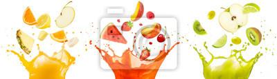 Sticker mélange de fruits tombant dans des jus éclaboussant sur fond blanc