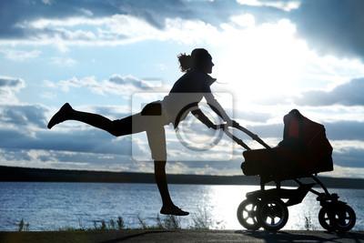Mère avec une poussette