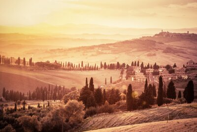 Sticker Merveilleux paysage toscan avec des cyprès, des fermes et de petites villes médiévales, en Italie. Vintage coucher de soleil