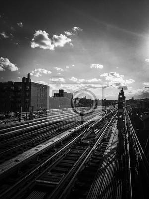 Métro chemins de fer avec ciel nuageux en noir et blanc