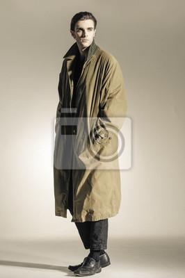 0cab8a85af1 Sticker Mode corps entier Plan d un jeune homme en manteau-modèle  professionnel.
