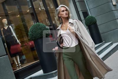 Sticker Mode. Jeune femme élégante qui marche dans la rue à la recherche de côté curieux