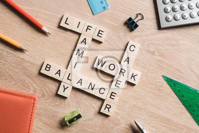 Sticker Mots vie professionnelle équilibre et famille sur table recueillie avec des cubes en bois