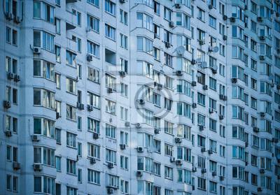 mur de la maison avec de nombreuses fenêtres