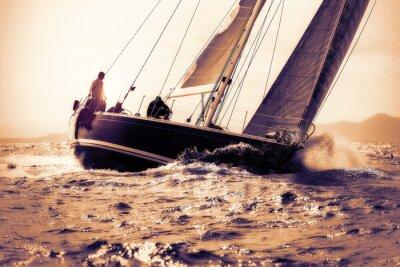 Sticker naviguer bateau à voile sur le coucher du soleil