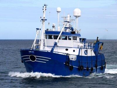 Sticker Navire de pêche 15b, navire de pêche en cours d'amarrage pour débarquer du poisson.
