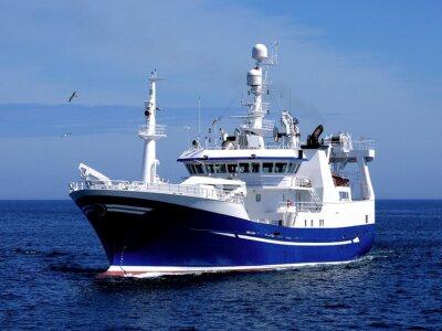 Sticker Navire de pêche P1, navire de pêche en cours d'amarrage pour débarquer des poissons.