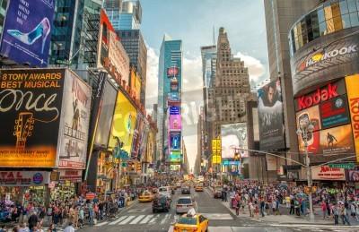 Sticker NEW YORK - 12 juin 2013: Vue de nuit des lumières de Times Square. Times Square est un carrefour touristique très fréquentée de l'art du néon et du commerce et est une rue emblématique de New York Cit