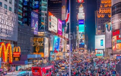 Sticker NEW YORK CITY - 8 juin 2013: Les touristes à Times Square la nuit. Plus de 50 millions de personnes visitent chaque année à New York.