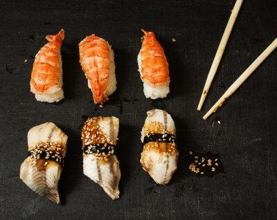 Sticker Nigiri avec de l'anguille et de la crevette sur un fond noir