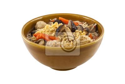 Noodles dans un bol avec des légumes et des boulettes de viande, isolé, blanc