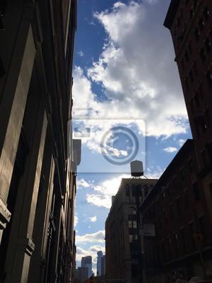 Nuage ciel bleu entre les bâtiments en silhouette, New York