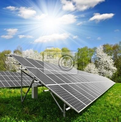 Panneaux solaires sur fond de ciel ensoleillé
