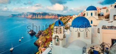 Sticker Panorama magnifique sur l'île de Santorin. Magnifique lever de soleil sur la célèbre station balnéaire grecque Oia, Grèce, Europe. Fond de concept de voyage. Post-traitement photo