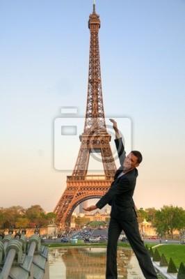 Paris / modèle masculin en face de la Tour Eiffel