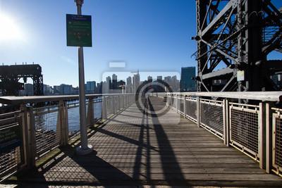 Passer les ponts et la passerelle dans le parc d'étages Gantry Plaza