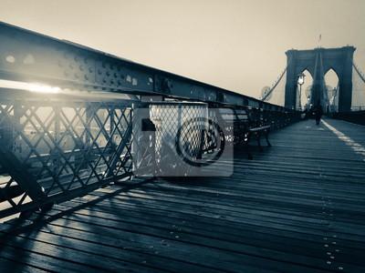 Passerelle de pont de Brooklyn et poubelle en style vintage