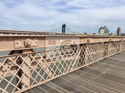 Passerelle et clôture en bois au pont de Brooklyn et pont de Manhattan avec le ciel nuageux