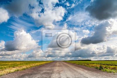 Pays d'asphalte vide perspective de la route avec un ciel nuageux dramatique