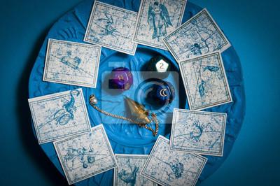 Sticker pendule, dés avec des symboles astrologiques, signes du zodiaque  sur fond bleu 57e2b4fa281