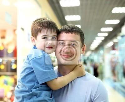 Père et enfants faire du shopping
