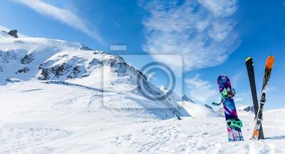 Sticker Photo de skis croisés et bâtons sur fond de paysage enneigé
