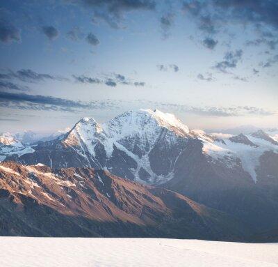 Sticker Pic de haute montagne au lever du soleil. Beau paysage naturel en été.