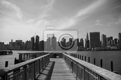 Pier et bâtiments de Manhattan en style noir et blanc, New York