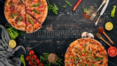 Sticker Pizza au poulet et aux champignons. Vue de dessus. Sur un fond en bois Espace de copie.