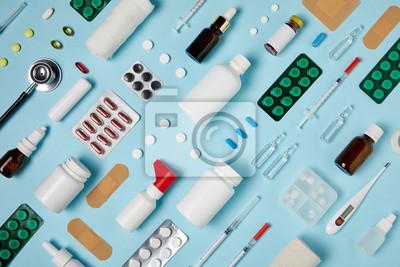 Sticker plan complet de diverses fournitures médicales composées sur la surface bleue