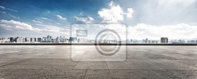 Sticker Plancher vide et paysage urbain de la ville moderne contre le ciel nuage