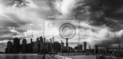 Pont de Brooklyn avec ciel nuageux en style noir et blanc