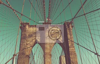 Pont de Brooklyn câbles et des arcs contre le ciel bleu