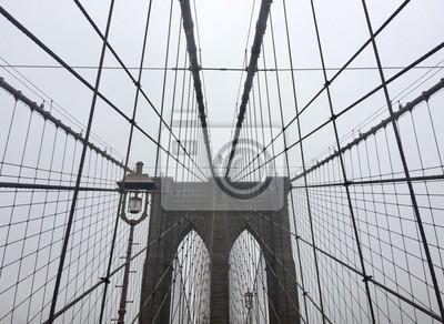 Pont de Brooklyn et câbles dans la brume