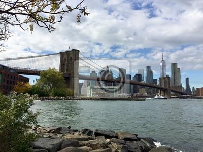 Pont de Brooklyn et Lower Manhattan avec ciel nuageux du pont de Brooklyn