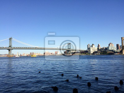 Pont de Manhattan sur la rivière East et Brooklyn avec un ciel clairement bleu