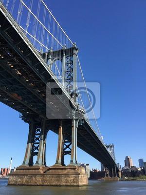 Pont de Manhattan sur la rivière et la ville avec un ciel clair dans un style vintage, New York