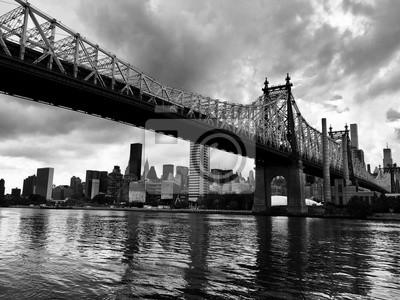 Pont de Queensboro sur la rivière et bâtiments de style noir et blanc, New York