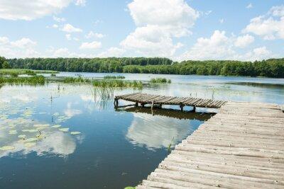 Sticker Pont sur le lac en une journée ensoleillée