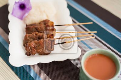 Porc grillé, steak de porc, porc barbecue avec du riz et de lait chaud T